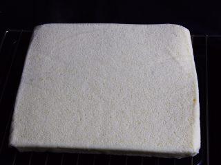 芒果慕斯蛋糕+6寸和4寸,放在网格上冷却。