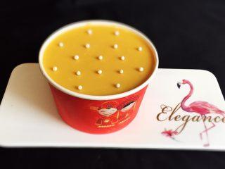 芒果慕斯蛋糕+6寸和4寸,顺便4寸的也装饰一下,自己可以品尝了。