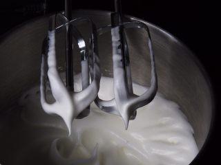芒果慕斯蛋糕+6寸和4寸,加入30克细砂糖,搅打50圈。