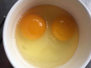莴苣木耳炒鸡蛋,鸡蛋加入少许料酒、盐