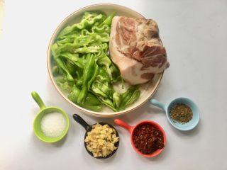 回锅肉,准备好猪肉、青椒、白糖、蒜姜粒、郫县豆瓣、花椒粉等所有食材。猪肉选择半肥半瘦的三线肉,青椒选择新鲜、个大的,洗净、切成较大的片。所有调料可以按自己喜好添减份量。