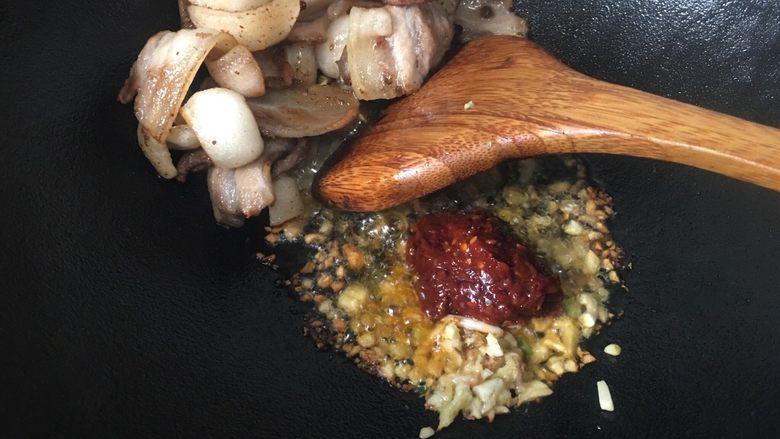 回锅肉,再加入郫县豆瓣酱继续小火炒香。