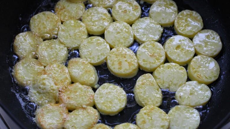 香菇鸡蛋豆腐,锅中放适量油,将豆腐排放锅内,小火煎至豆腐上色盛出