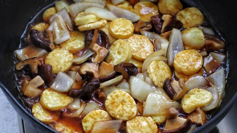 香菇鸡蛋豆腐,再倒入调好的酱汁,小火煮沸