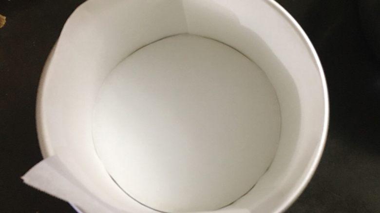 酸奶雪崩蛋糕 清爽不油腻,6寸蛋糕模具先铺好油纸。