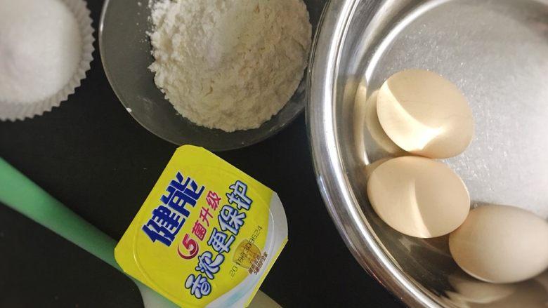 酸奶雪崩蛋糕 清爽不油腻,准备好戚风的材料。