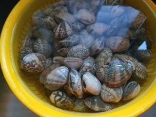 川味\香辣麻\爆炒花蛤,花蛤买回来放入水池,加入一勺盐泡一小时,在多洗几遍,直到水清为止。