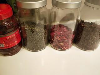 川味\香辣麻\爆炒花蛤,豆瓣酱麻辣,花椒,辣椒,准备好备用。