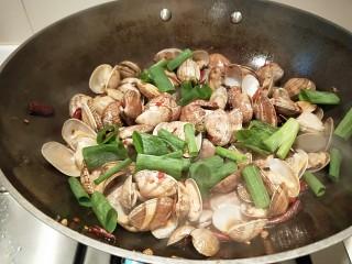 川味\香辣麻\爆炒花蛤,加入香葱段。