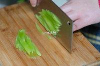 凉拌裙带菜,莴苣切丝;