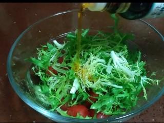 大拌汁蔬菜,放入盆里,加入丘比大拌菜汁