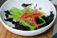 凉拌裙带菜,把西红柿丝放入碗中;
