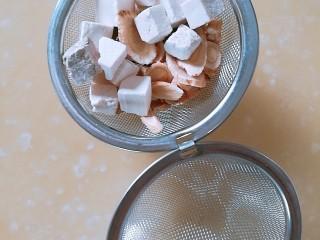 安神助眠汤 (心脾气血两虚适用),将甘草茯苓酸枣仁黄芪装入药茶包,最好用纱布包,家里没有,只好临时用了不锈钢茶包。