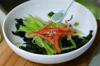 凉拌裙带菜,放适量的蔬菜精;