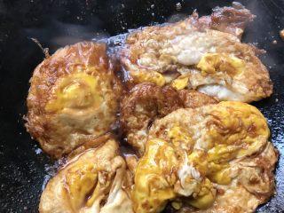 荷包蛋❤️🤗🤗🤗,把煎好的鸡蛋放入锅里,倒入六月鲜,再加入适量糖上色!