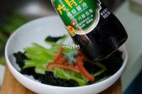 凉拌裙带菜,适量的酱油;