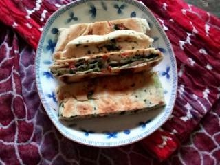 芹菜叶烤肠饼,摆上桌。