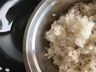 一起来品尝春天的味道-野菜炒饭,待油七分热时,下米饭,然后转中小火
