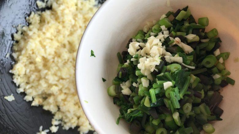 一起来品尝春天的味道-野菜炒饭,大约炒两分钟左右,下野笋野芹菜