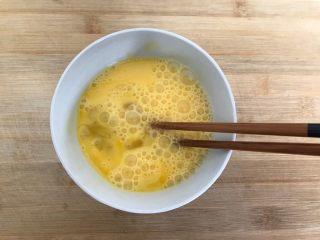 一起来品尝春天的味道-野菜炒饭,鸡蛋磕入碗内,加少许料酒,打散,备用