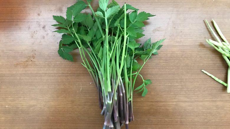 一起来品尝春天的味道-野菜炒饭,野芹菜摘干净