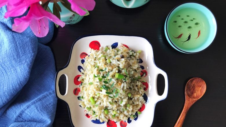 一起来品尝春天的味道-野菜炒饭,香喷喷,太好吃了(❀ฺ´∀`❀ฺ)ノ