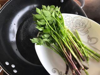 一起来品尝春天的味道-野菜炒饭,待水开后下野笋野芹菜