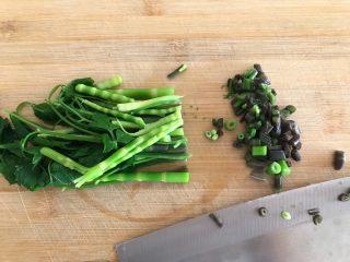 一起来品尝春天的味道-野菜炒饭,如图所示,全部切碎
