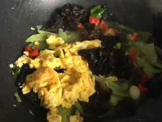 莴苣木耳炒鸡蛋,倒入炒熟的鸡蛋,翻炒片刻 尝一下味道,出锅前撒点胡椒粉