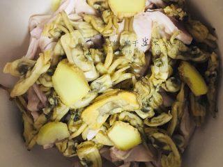 清炖养胃猪肚汤,放入浸泡好的<a style='color:red;display:inline-block;' href='/shicai/ 1838/'>蛏干</a>,姜片,少许盐,加水炖,接下来,静静等待美食出锅就好啦。