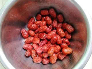 养生枣糕,准备好红枣,这是免洗的,如果是灰枣要洗干净