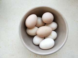 立夏要吃茶叶蛋,3、煮好的鸡蛋捞出来