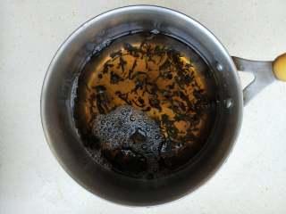立夏要吃茶叶蛋,4、茶叶水倒入锅中