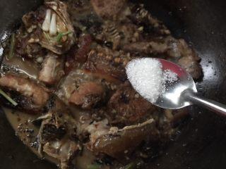 麻辣腊鱼,调入白糖炒匀入味