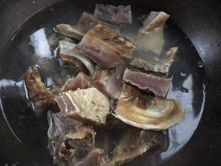 麻辣腊鱼,同冷水一起下锅煮沸