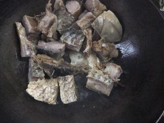 麻辣腊鱼,放入腊鱼,中火煎至两面金黄