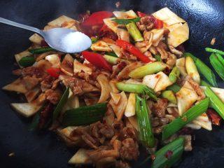 #菌类料理# 干锅杏鲍菇,放入少许的白糖,将菜翻炒一会儿,使菜入味即可。