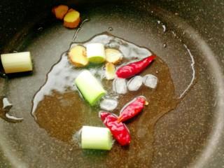 酱香鸡脖子,锅中做油放入葱段,干红辣椒,生姜和冰糖。