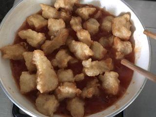 酸酸甜甜沙巴鱼,倒入鱼块,让酱汁均匀地包裹住鱼块