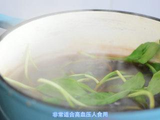 【药膳】降血压、降血脂的春鱼花汤,放入鱼片,马兰头。马兰头清热解毒,人们咽喉肿痛常食用。