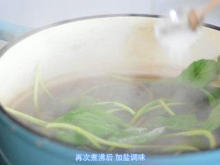 【药膳】降血压、降血脂的春鱼花汤,再次煮沸后,加盐调味。