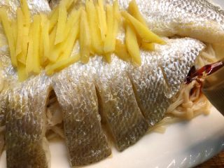 金针菇蒸咸鱼干,在金针菇上倒10g蒸鱼豉油(不要倒在鱼上面,鱼本来就咸的,丛鱼的缝隙中倒)