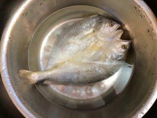 金针菇蒸咸鱼干,咸鱼洗净总冷水浸泡15分钟