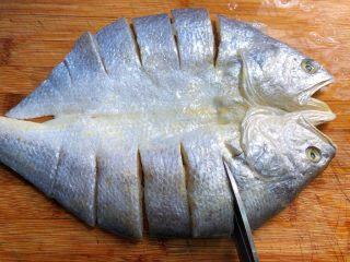 金针菇蒸咸鱼干,黄鱼去鳞剪掉鱼鳍去掉鱼鳃,洗净沥水