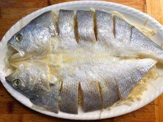 金针菇蒸咸鱼干,洗好的黄鱼放到金针菇上面