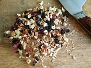 星空贝果(无黄油中式改良版),将坚果略微切碎。