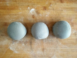 星空贝果(无黄油中式改良版),将面团分割成大小均匀的面剂。