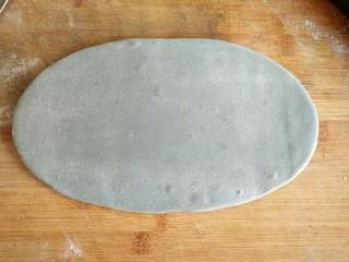 星空贝果(无黄油中式改良版),将面剂按扁,擀成椭圆形,厚度大约在5毫米,切记不要太薄。