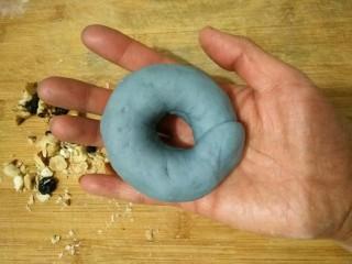 星空贝果(无黄油中式改良版),将压扁的一端包裹住另一端,成圆环状。
