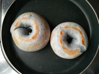 星空贝果(无黄油中式改良版),另一面也焙的金黄焦脆就可以出锅了